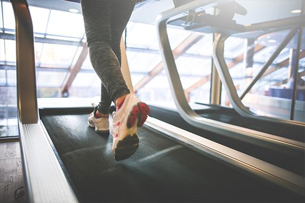 Frau auf einem Laufband - Orthopaedie Praxis Herzogpark