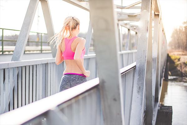 Joggende Frau - Prävention in der Orthopaedie Praxis Herzogpark