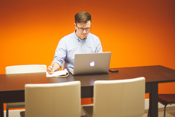 Mann am Laptop - Ergonomie - Orthopaedie Praxis Herzogpark